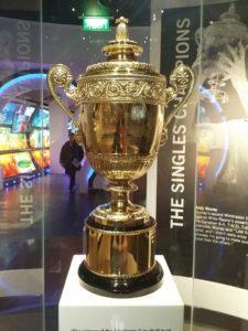 thamaragomesetiagodomingos-Wimbledon-cafecomtenis2017-Troféu exposto no museu